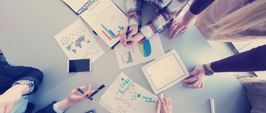 摄图网_300110021_wx_商业人士的空中俯视图,小讨论会议商人提出的想法项目笔记本电脑平板电脑(企业商用).jpg